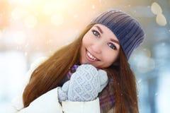 Stående för ung kvinna för vinter Parkerar den glade modellen Girl som för skönhet skrattar och att ha gyckel i vinter härligt kv royaltyfri fotografi