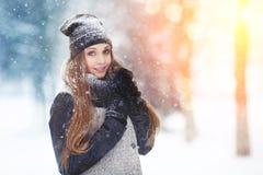 Stående för ung kvinna för vinter Parkerar den glade modellen Girl som för skönhet skrattar och har gyckel i vinter Härlig ung kv royaltyfri foto