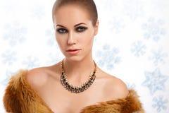Stående för ung kvinna för vinterskönhet royaltyfri foto
