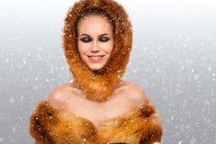 Stående för ung kvinna för vinterskönhet arkivfoto