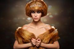 Stående för ung kvinna för vinterskönhet royaltyfri bild