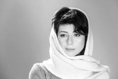 Stående för ung kvinna i sjalett Arkivbild