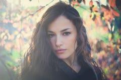 Stående för ung kvinna i solnedgång för skogvinterdag fotografering för bildbyråer