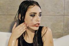 Stående för ung kvinna med att drypa suddig makeup arkivbild