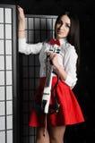 Stående för ung kvinna med en fiol Royaltyfria Foton