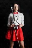 Stående för ung kvinna med en fiol Arkivbild
