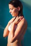 Stående för ung kvinna under dusch royaltyfria bilder