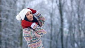 Stående för ung kvinna för vinter Parkerar den glade modellen Girl som för skönhet skrattar och har gyckel i vinter härligt kvinn stock video