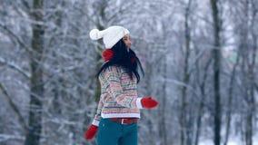 Stående för ung kvinna för vinter Parkerar den glade modellen Girl som för skönhet skrattar och har gyckel i vinter härligt kvinn lager videofilmer