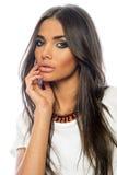 Stående för vuxen kvinna för brunett ung med skönhetframsidan Royaltyfri Bild