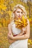 Stående flickanedgången i trät Fotografering för Bildbyråer