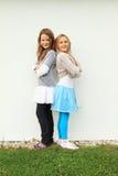 Stående flickor tillbaka tillsammans Fotografering för Bildbyråer