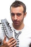 Stående från en ung man med hans gitarr Arkivfoton