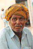 Stående - gamal man som säljer havre på den Clifton stranden, Karachi Royaltyfri Foto