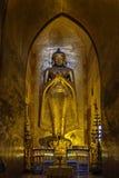 Stående guld- Buddhastaty Fotografering för Bildbyråer