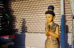 Stående Hello Thailand & x22 för träkvinna; Sawasdee& x22; Royaltyfri Foto