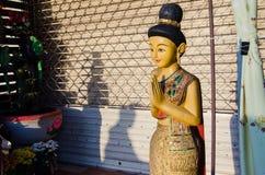 Stående Hello Thailand & x22 för träkvinna; Sawasdee& x22; Arkivfoton