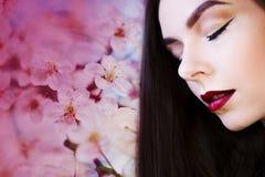 Stående i profil, ung härlig brunettkvinna med ljusa kanter Läppstiftlilafärg, Arkivbild