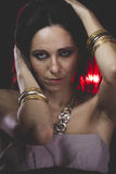 Stående kvinna med Venetian maskeringsmetall, ledset och eftertänksamt arkivbild