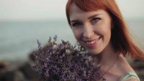 Stående långsam rörelse Härlig sexig flicka med ett härligt leende på havsbakgrunden stock video