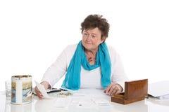 Stående: Ledsen, fattig och deprimerad gammal kvinna: Begreppspensionär M arkivfoto
