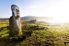 Stående moai i solsken i påskön Arkivbild