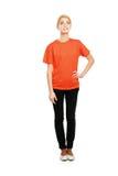 Stående oavkortad längd för ung kvinna som isoleras på Arkivfoto