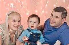Stående om lycklig familj arkivfoto