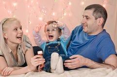 Stående om lycklig familj royaltyfri fotografi