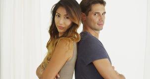 Stående par för blandat lopp tillbaka att dra tillbaka Fotografering för Bildbyråer