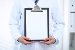 Stående raksträcka för okänd manlig doktor medan hållande medicinsk skrivplatta med tom vitbok care hälsomedicinen Royaltyfria Bilder