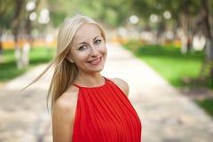 Stående som är nära upp av ung härlig blond kvinna arkivfoton