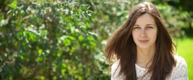 Stående som är nära upp av ung härlig brunettkvinna arkivfoton