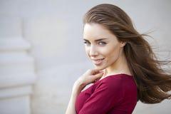 Stående som är nära upp av ung härlig brunettkvinna arkivbild