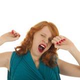 Stående som gäspar flickan med rött hår Arkivbild