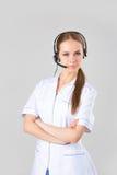 Stående som ler den gladlynta servicetelefonoperatören i hörlurar med mikrofon Royaltyfri Fotografi