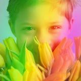 Stående som ler för buketttulpan för pojke den gula mamman fotografering för bildbyråer