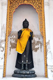Stående staty för svart Buddha, Thailand. Royaltyfria Bilder