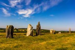 Stående stenar i gräs- fält i Brittany, nordvästlig franc arkivfoton