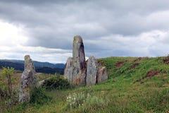Stående stenar i kullar utanför Mawphlang den sakrala skogen arkivfoto