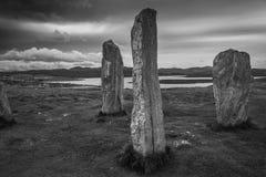 Stående stenar på Callanish som ser till fjorden arkivbild