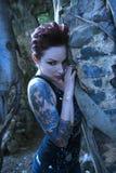 stående tatuerad kvinna Fotografering för Bildbyråer
