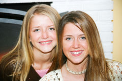 Stående - tonårs- systrar arkivbilder