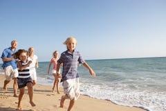 stående tre för strandfamiljutveckling Fotografering för Bildbyråer