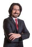 Stående turkisk affärsman med korsade armar fotografering för bildbyråer