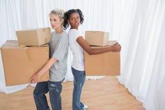 Stående vänner tillbaka att dra tillbaka hållande flyttning boxas Arkivfoto