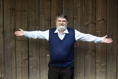 Stående yttersida för äldre man på trä fotografering för bildbyråer