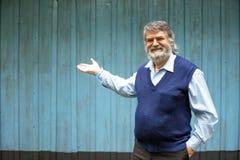 Stående yttersida för äldre man på träbakgrund arkivbilder