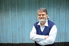 Stående yttersida för äldre man på träbakgrund fotografering för bildbyråer