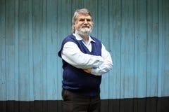 Stående yttersida för äldre man på träbakgrund arkivfoto